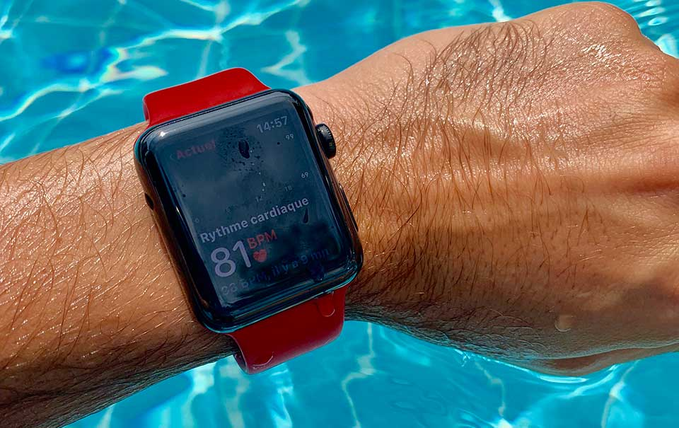 Apple Watch au poignet à la piscine
