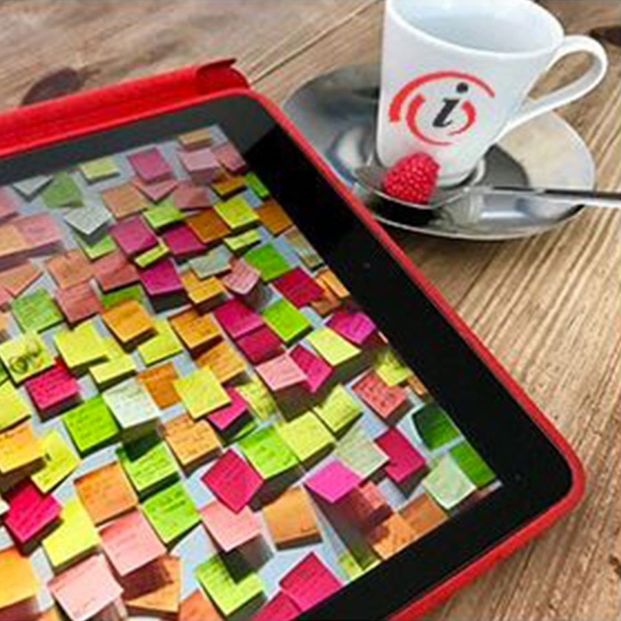 plateau café avec tasse iconcept et post-it